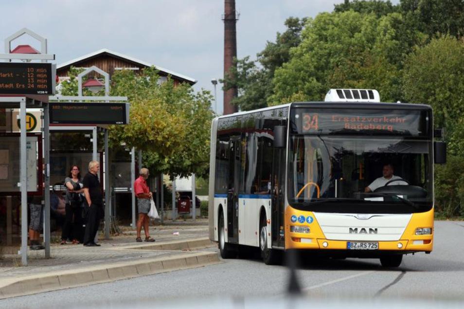 Zur Sicherheit fuhren gestern auch noch Ersatzbusse nach Radeberg bzw. Dresden-Neustadt. Allerdings wohl nicht mehr alle. Sollte die Bahn stabil fahren, dürfte der Service schnell wegfallen.
