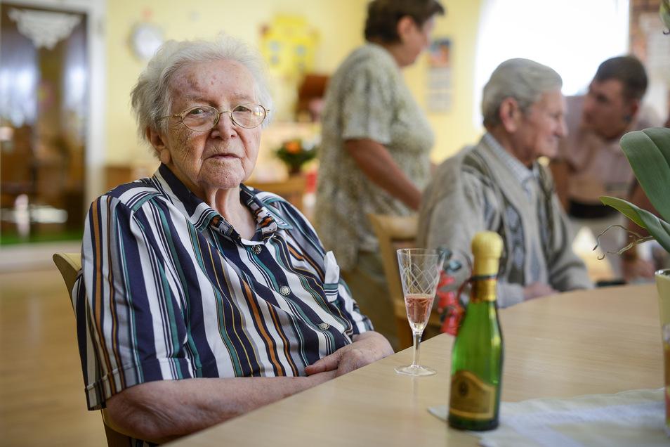 Das Bild zeigt Lotte Schulze an ihrem 100. Geburtstag. Jetzt ist sie mit 106 Jahren gestorben.
