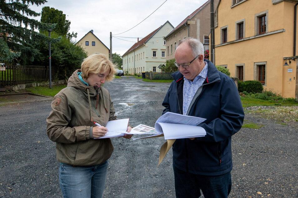 Bürgermeister Frank Schöning erläutert SZ-Reporterin Annett Heyse die Baupläne für den Rundling in Sobrigau.
