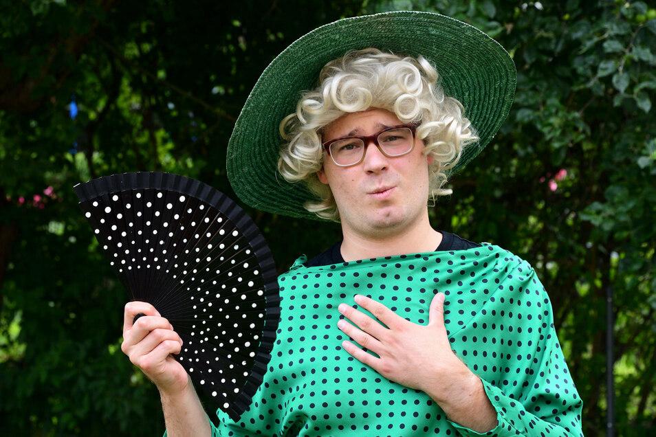 """Maximilian Gramza ist """"Charleys Tante"""". Am Freitag hat sie an der Spielbühne Freital zum ersten Mal ihren großen Auftritt."""