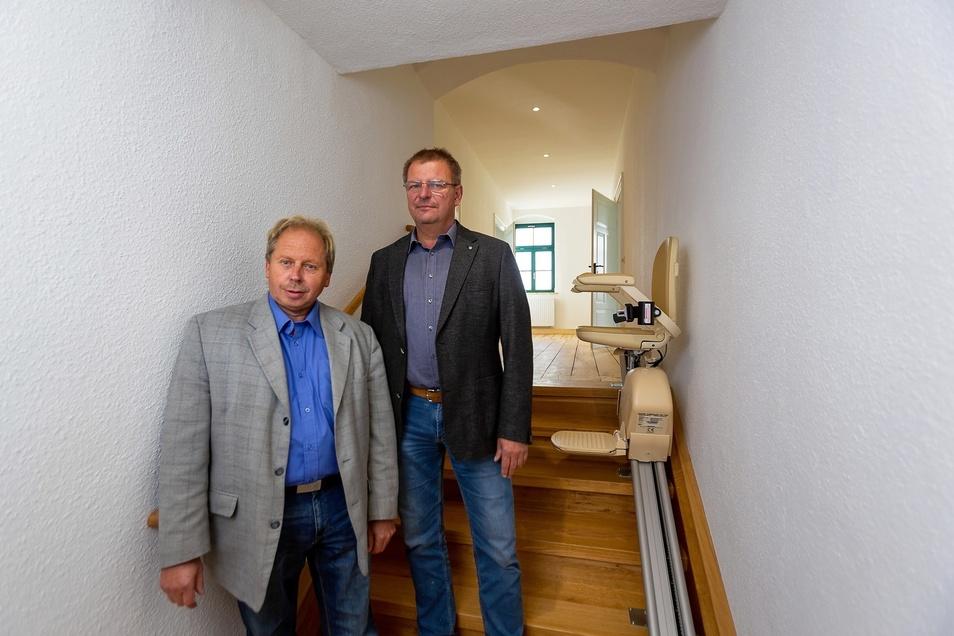 Dieter Kriegelstein (li.) und André Börner stehen in der oberen Etage des Dorfgemeinschaftshauses Limbach. Diese wurde saniert und ist nun barrierefrei zu erreichen.
