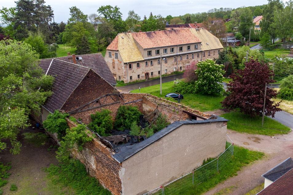 Die Stadt will das verfallene Gehöft im Rittergut Ziegra abreißen lassen. Das ehemalige Herrenhaus im Hintergrund steht unter Denkmalschutz.