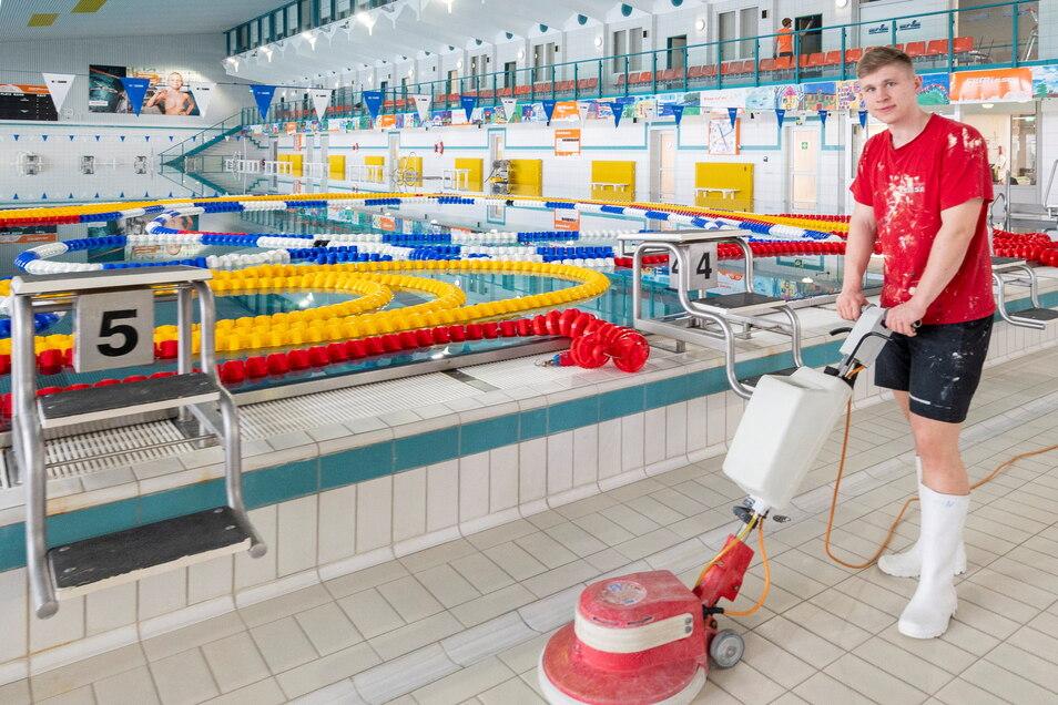 Keiner schwimmt, einer putzt: Magnet-Azubi Dominik Günzel säubert das Hallenbad Riesa mit der Scheuermaschine. Solche Arbeiten sind auch nötig, während das Bad zwangsweise zu ist.