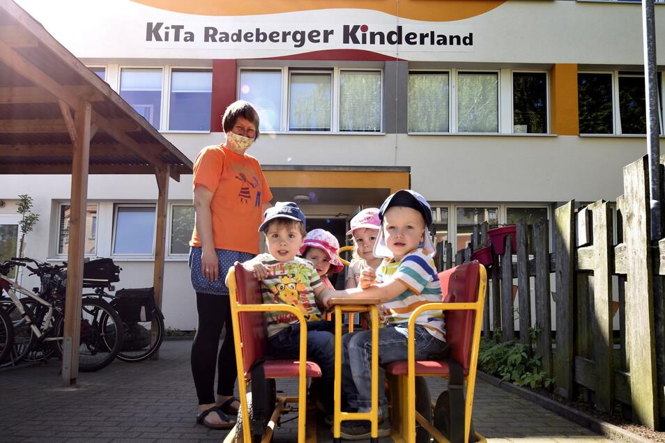 """Erzieherin Jane Tanneberger und ihre Tigerkinder fühlen sich wohl in der Kita """"Radeberger Kinderland"""". Das Gebäude wurde in den vergangenen Jahren modernisiert."""