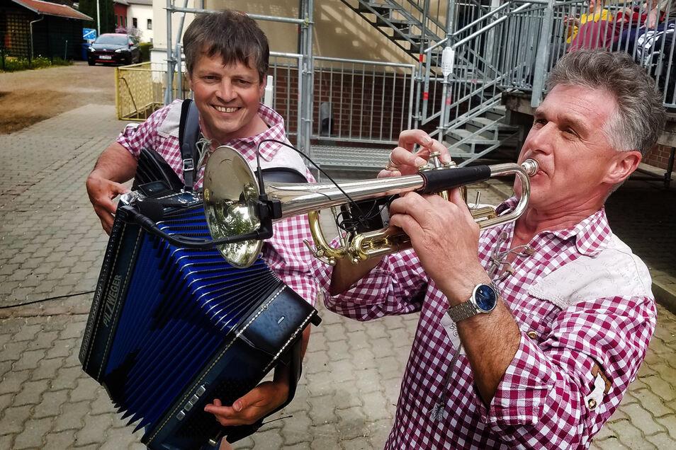 """""""De Hutzenbossen"""" brachten am Dienstag Stimmung ins Pflegeheim Kriebethal. Andreas Tiede (links) und Peter Kreißl begeisterten die Bewohner mit Volksmusik, vor allem aus dem Erzgebirge."""
