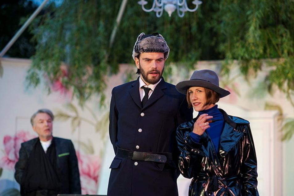 Martha Pohla als Scotland-Yard-Polizistin inkognito mit ihrem Kollegen Meadows alias Philipp Scholz. Im Hintergrund Tilo Werner als Witwer.