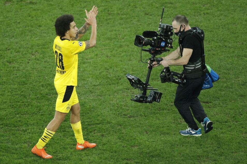 Dortmunds Axel Witsel freut sich nach dem Spielende über den Gruppensieg.