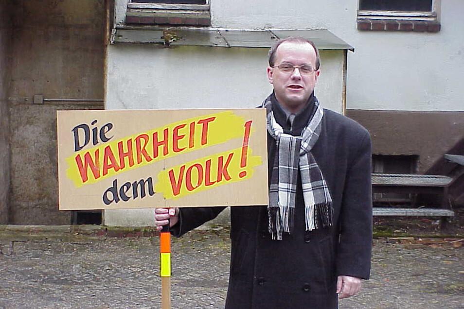 Während seiner Arbeit im Gaskombinat in Schwarze Pumpe verteilte Skora 1989 die Flugblätter der Opposition vom Neuen Forum. Später demonstrierte er mit diesem Schild (hier 2000). Er hat es bis heute.