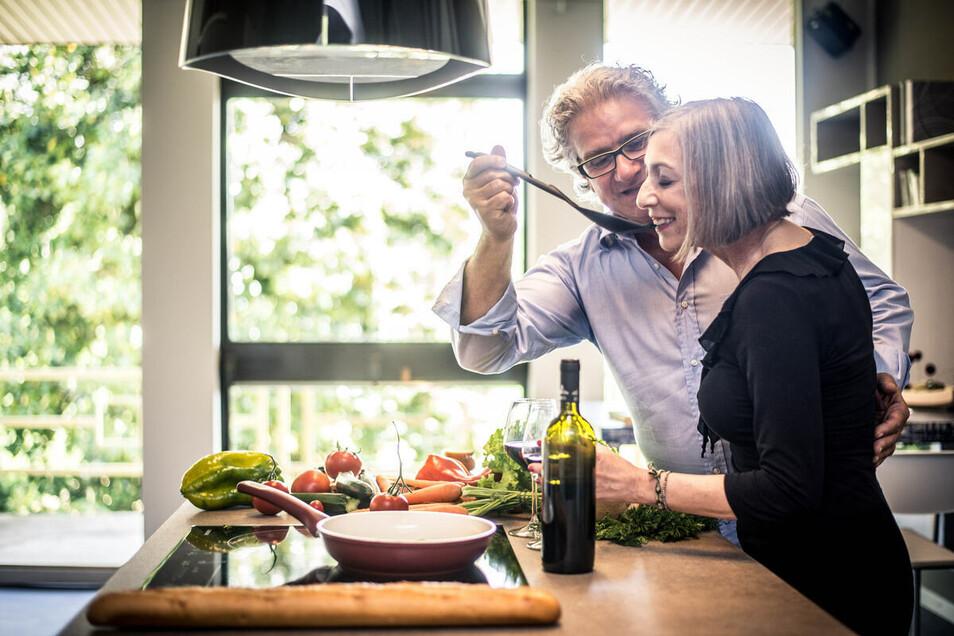 In der Küche wird nicht nur gekocht, sondern auch gelacht und gelebt. Mit den Küchen von Möbel Oskar macht das jetzt noch mehr Freude.