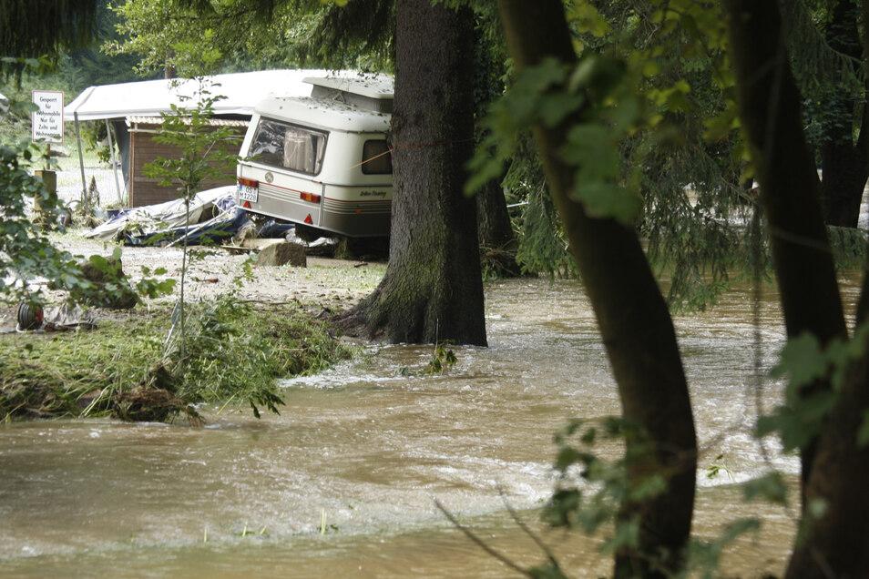 Die Flut der Kirnitzsch hatte auch den Campingplatz Ostrauer Mühle überspült. Große Teile des Platzes wurden von den Wassermassen überschwemmt. Wohnwagen und Zelte, die ufernah standen, wurden fortgespült, alles war voller Schlamm.