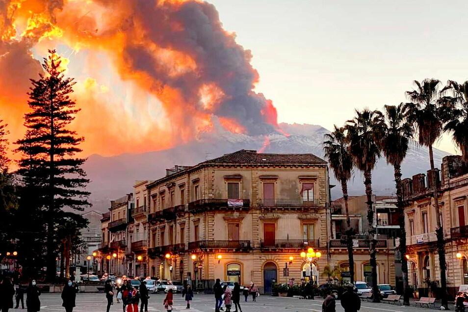 Italien, Catania: Rauschschwaden und Lava steigen aus dem Vulkan Ätna auf.