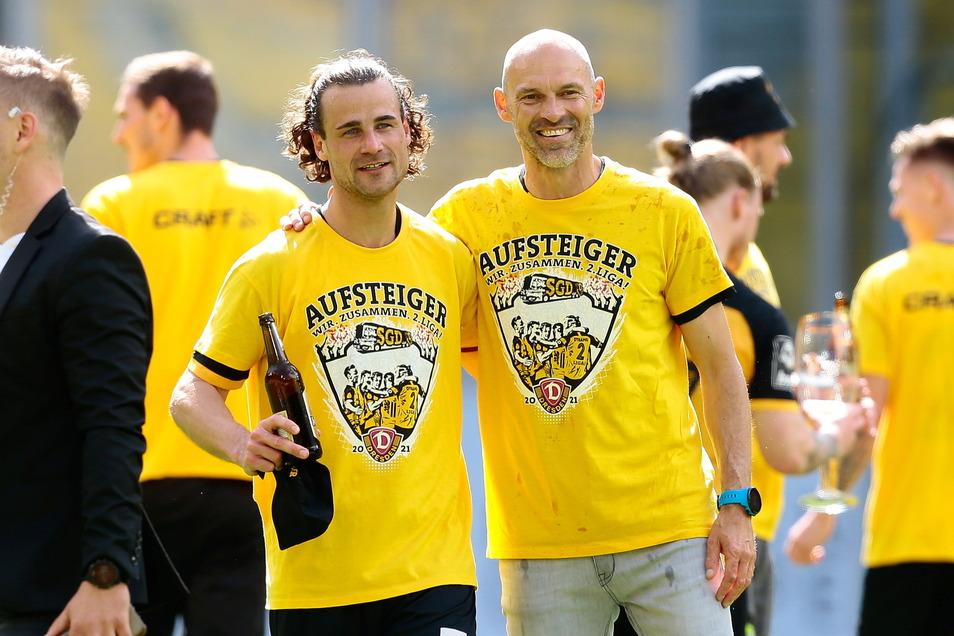 Yannick Stark ist kein Biertrinker, aber wenn man schon mal aufsteigt... Dynamos Kapitän freut sich auf die zweite Liga - und will Trainer Alexander Schmidt (rechts) am liebsten mitnehmen.