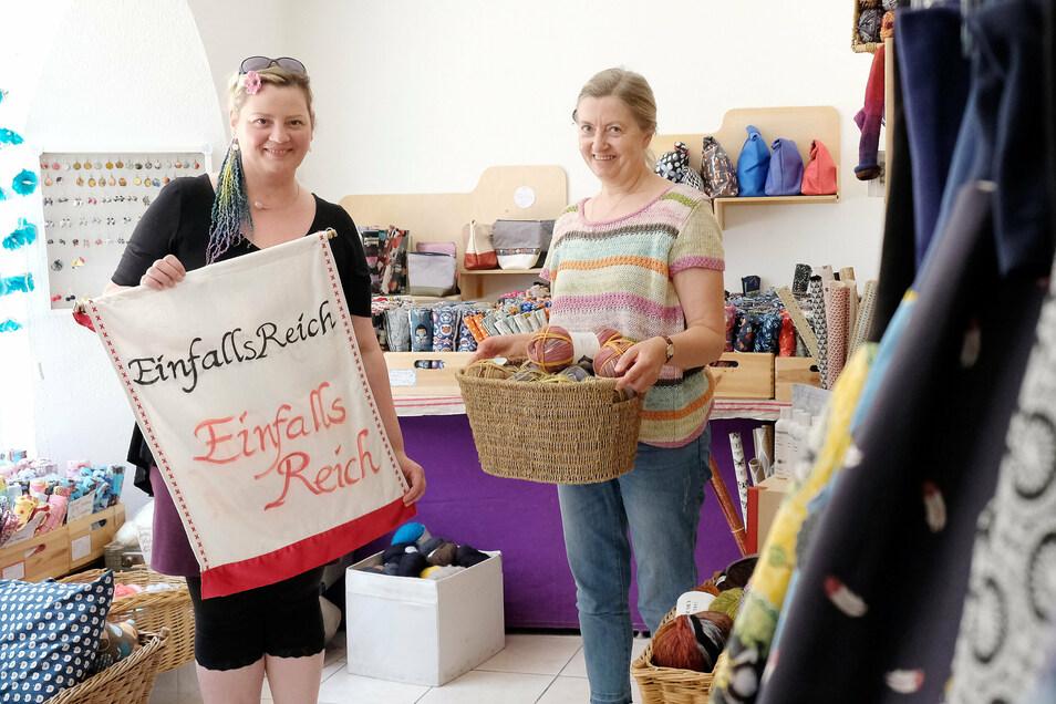 Sie hoffen auf Kunden: Heike Biermann-Schuster (r.) und Yvonne Jane Manitz haben außerplanmäßig das Geschäft EinfallsReich in der Fleischergasse in Meißen geöffnet.