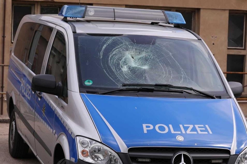 Im Dresdner Hechtviertel ist ein Streifenwagen der Polizei bei einer unangemeldeten Demo beschädigt worden.