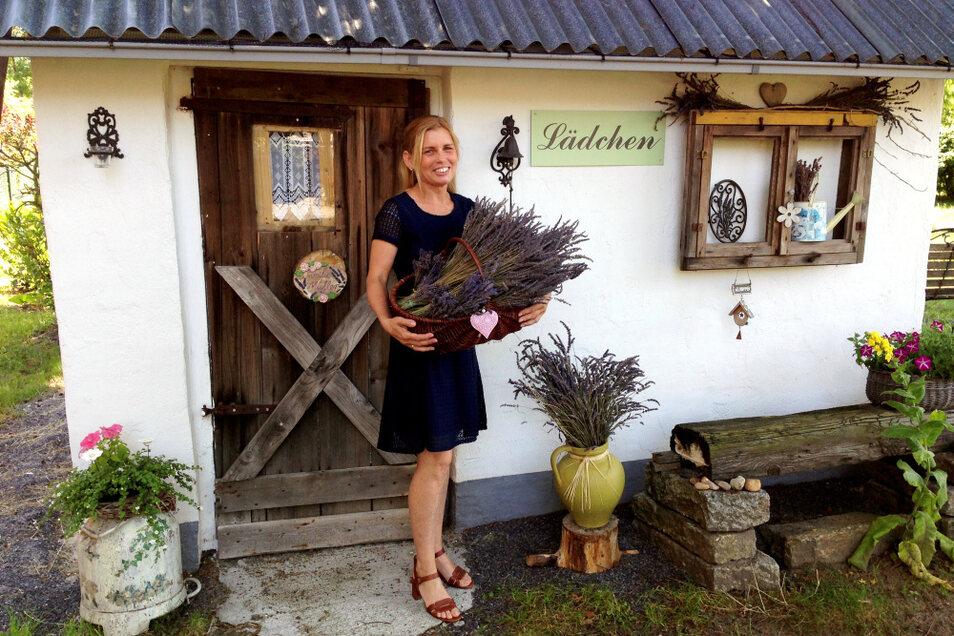 Yvonne Müller vor ihrem Lavendellädchen an der Bernsdorfer Eisenwerkstraße 7 b – mit, klar, einem Lavendelstrauß. Am morgigen Sonnabend können sich Besucher im kleinen, nostalgisch ausgestatteten Häuschen und Garten umschauen.