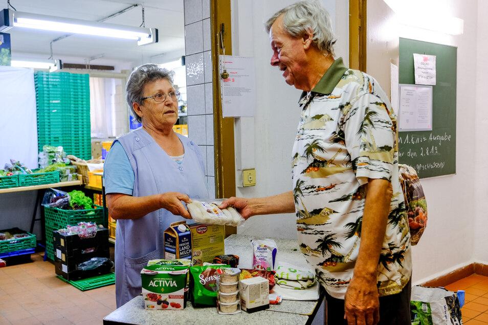 In der ehemaligen Küche der Kita werden die gespendeten Lebensmittel gelagert. Christa Lehmann und 18 Ehrenamtliche verteilen diese immer montags, mittwochs und freitags an Bedürftige wie Hans-Jürgen Hänßgen.
