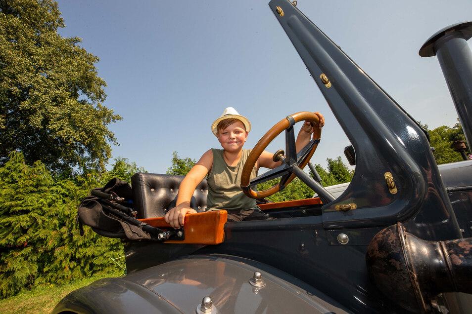Landmaschinen ausgestellt. Ben aus Lohmen sitzt auf dem Traktor Lanz Bulldog 9406 seines Opas.