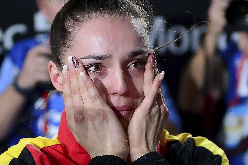Das sind Freudentränen: Pauline Schäfer freut sich am 8. Oktober 2017 über ihre Goldmedaille. Die Turnerin gewinnt überraschend bei der Weltmeisterschaft in Montreal am Schwebebalken.