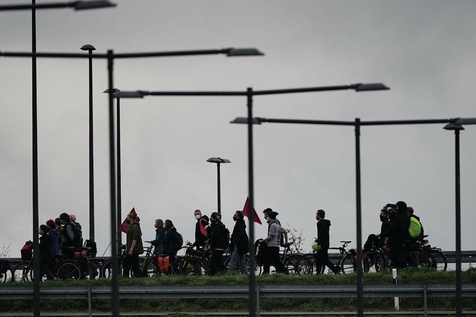 Demonstranten ziehen auf der Autobahn zum Terminal 1 am neuen Hauptstadtflughafen.