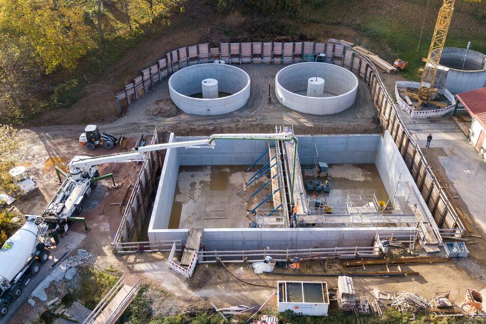 Das Abwasser fließt künftig aus den Belebungsbecken (vorn) in die beiden neuen Nachklärbecken mit einem Durchmesser von jeweils zwölf Metern.