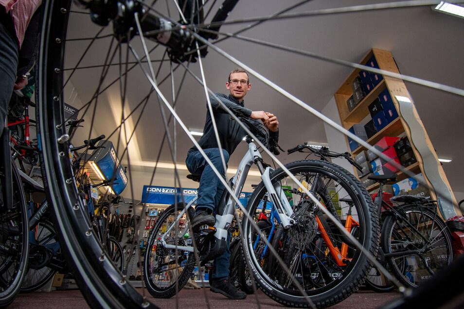 """Jens Böber vom Fahrradladen """"Radsport Döbeln"""" hat noch das eine oder andere E-Bike im Angebot. Wegen der gestiegenen Nachfrage ist das jedoch nicht überall so."""