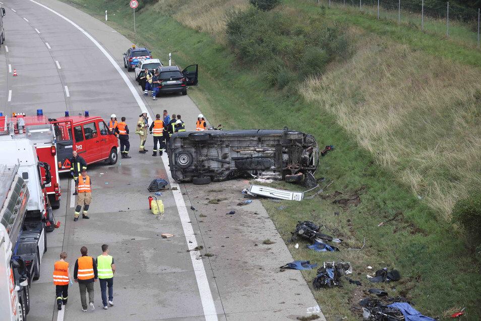 Einsatzkräfte stehen an einer Unfallstelle auf der Autobahn 9.