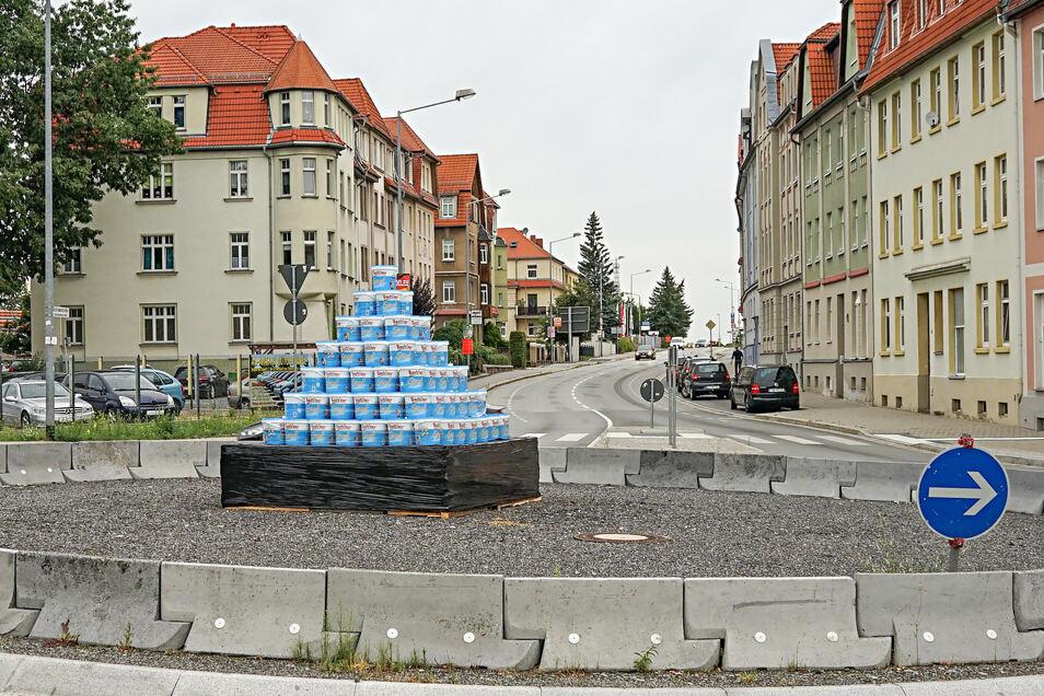 Eine Pyramide aus Senfeimern steht jetzt auf dem Schliebenkreisel in Bautzen.