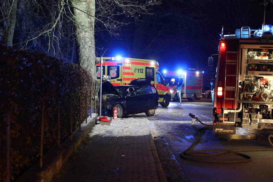 Auf der Kammstraße in Lückendorf krachte ein Audi gegen einen Baum.