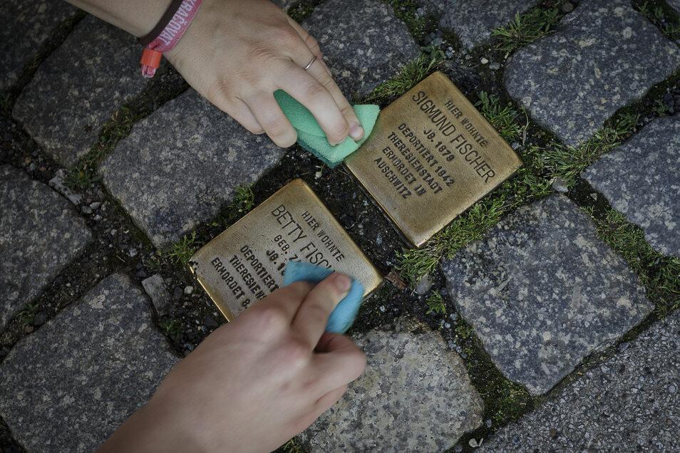 Am Montag haben Görlitzer nach einem Aufruf der engagierten Bürger_innen zu Lappen und Putzmitteln gegriffen.