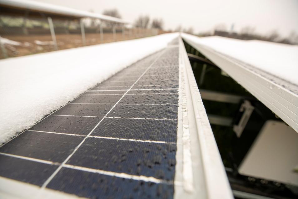 Mit dem Bau der Solaranlage wurde Anfang Februar begonnen. Zum Fototermin am vergangenen Freitag war sie mit einer Schneeschicht überzogen.