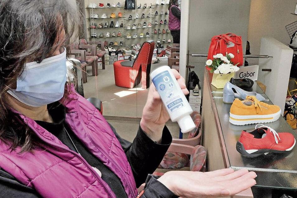 Ohne Desinfektionsmittel geht auch bei Carmen Paukert im Schuhladen von Tobias Hemmo nichts.