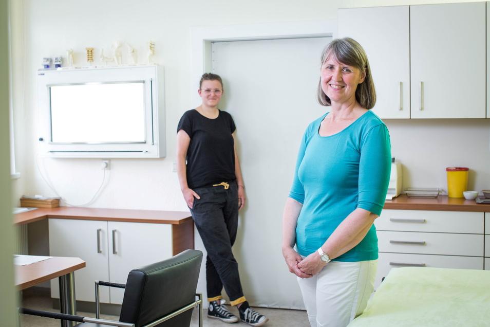 Orthopädin Gudula Keller hat mit dem CO2-Rechner von Larissa Knauf (hinten links) ermittelt, wie ihre Praxis nachhaltiger sein kann.