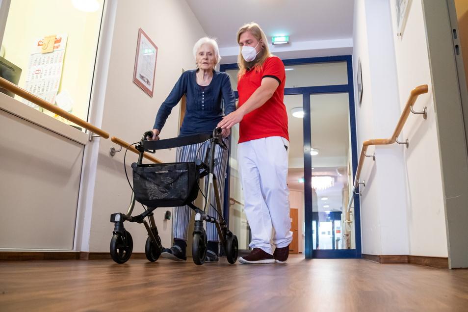 Pfleger Sven Hainke aus Niesky kümmert sich um Erika Jeanicke. Die 80-Jährige wird nach ihrem Krankenhausaufenthalt in der Kurzzeitpflege der Diakonie Sozialstation Niesky betreut.