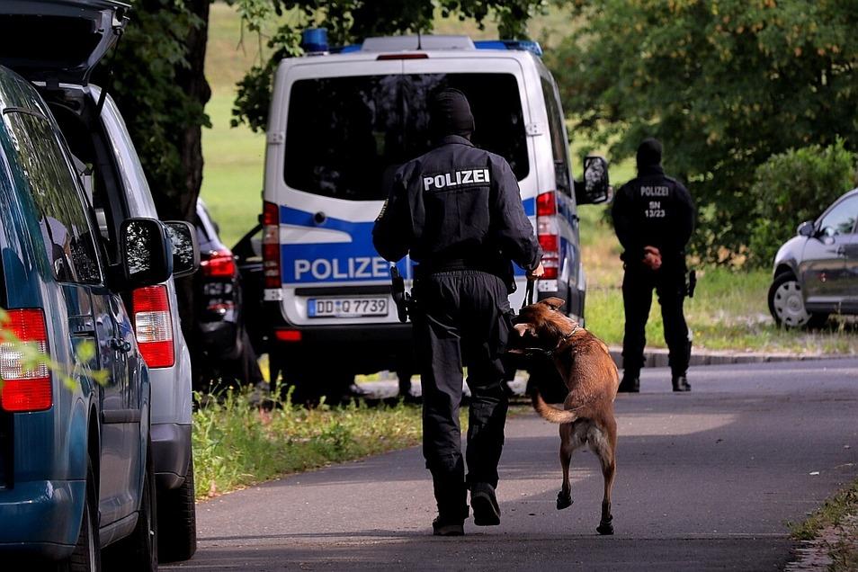 Die Beamten setzten auch einen Hund ein.