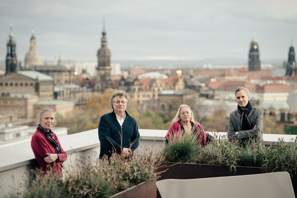 SZ-Autorin Karin Großmann, Schriftsteller Ingo Schulze, Buchhändlerin Susanne Dagen und SZ-Feuilletonchef Marcus Thielking auf dem Dach des Hauses der Presse. (v.li.n.re.)