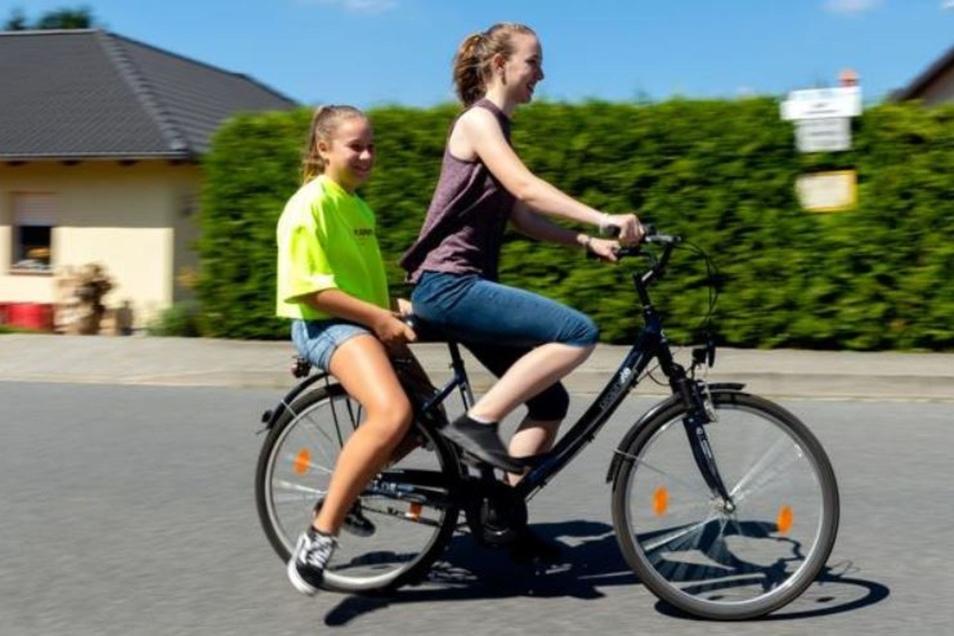Manchmal lassen sich die Betreuer dazu hinreißen, Kinder auf dem Rad zu kutschieren.