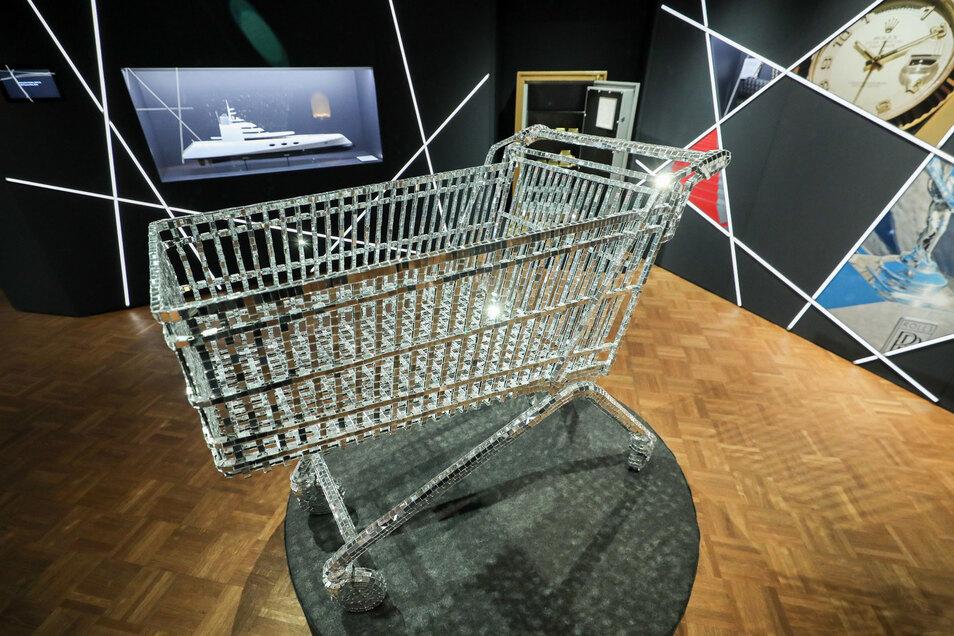 """Ein funkelnder Einkaufswagen, eine Yacht und ein Tresor mit Goldbarren sind Ausstellungsstücke der Ausstellung """"Purer Luxus"""" im Zeitgeschichtlichen Forum."""