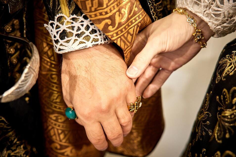 Nur aus Silikon, aber dennoch täuschend echt: Die Hände des Kurfürstenpaares.