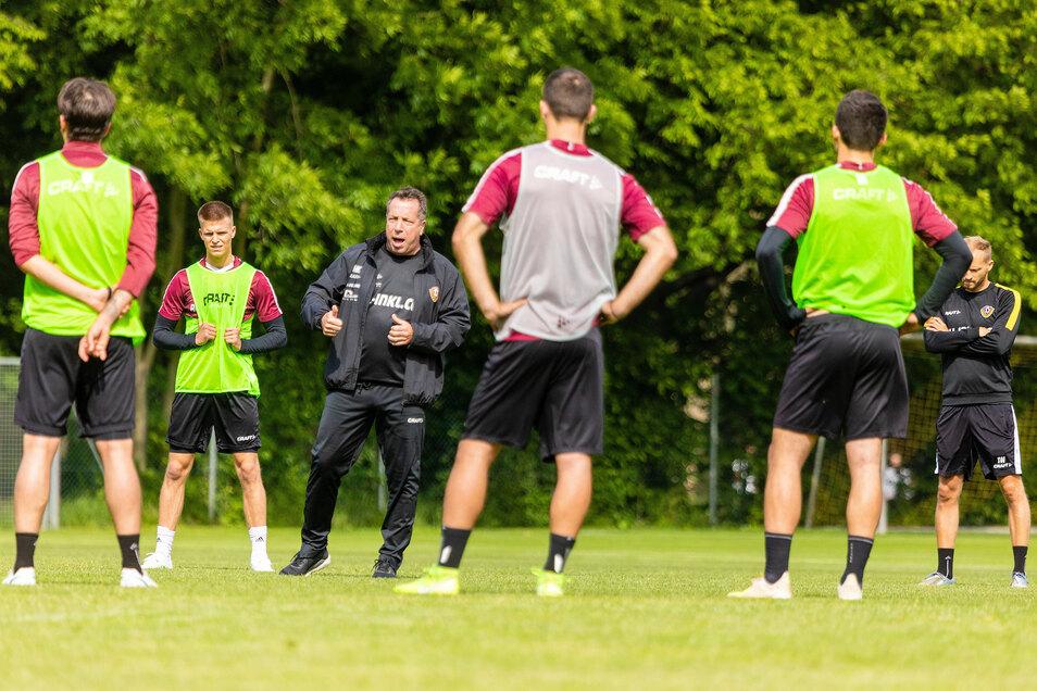 Bei der Besprechung mit Abstand: Dynamos Cheftrainer Markus Kauczinski bereitet sich mit der Mannschaft nach zwei Tagen, die sie im Großen Garten trainieren konnten, seit Montag im Quarantäne-Hotel auf den Neustart vor.