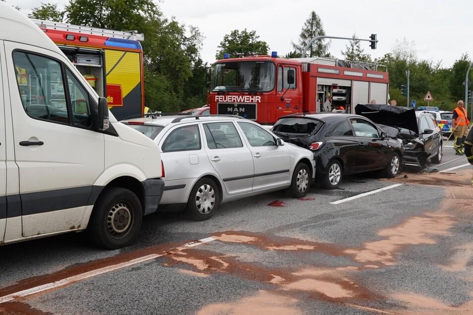 Bei dem Unfall im Bereich einer Kreuzung waren insgesamt vier Fahrzeuge beteiligt.