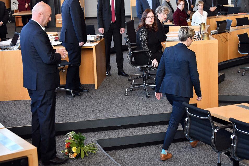 Susanne Hennig-Wellsow (r., Die Linke) hat Thomas Kemmerich (l., FDP), dem neuen Thüringer Ministerpräsident, nach dessen Wahl die Blumen vor die Füße geworfen und wendet sich ab.