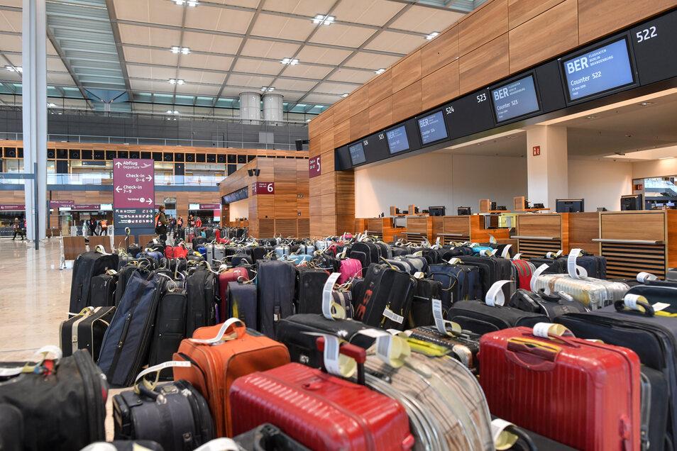 Probelauf. Der Check-in am Flughafen BER wird mit Koffern getestet – wie schon einmal vor einigen Jahren.