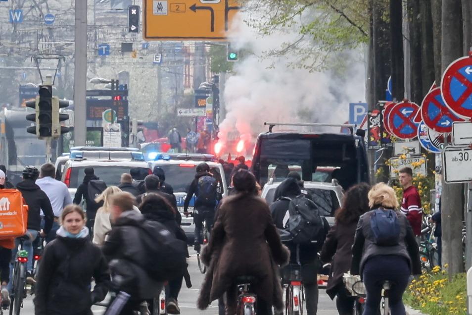 Teilnehmer einer linken Demonstration zünden Pyrotechnik im Süden Leipzigs.