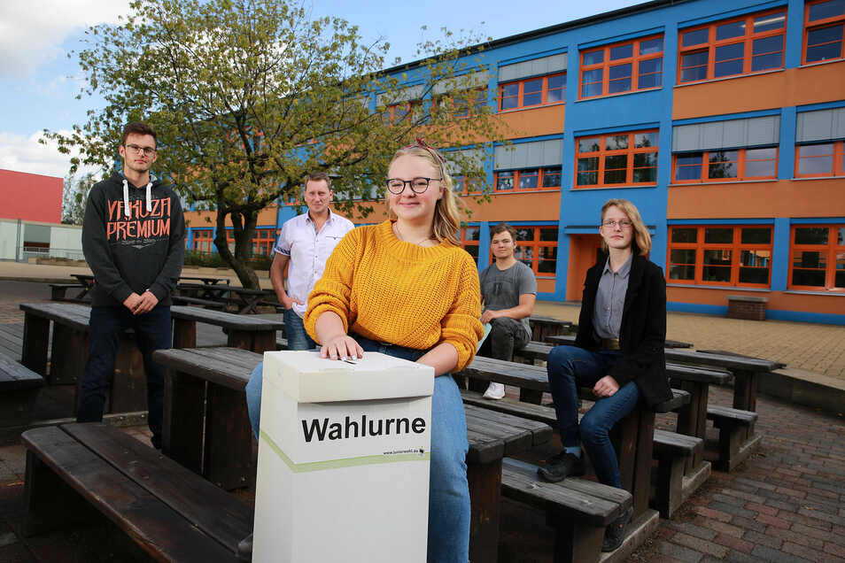 AfD-Wähler Maurice (v.l.), sein Lehrer Dirk Weißhahn und seine Mitschülerinnen Laura, Tim und Paula haben wegen der Landtagswahl intensiv über Politik diskutiert.