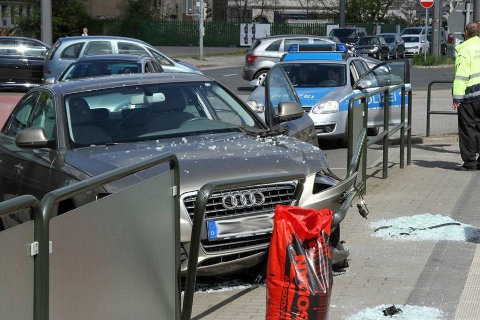 Glücklicherweise hielten sich im Moment des Unfalls keine Personen in der unmittelbaren Nähe auf.