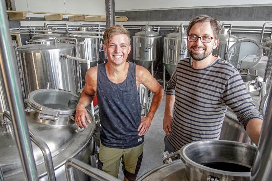 In diesen Edelstahlkesseln und -tanks setzt Vincent Ebert (l.) künftig Bier an und lässt es reifen. Gemeinsam mit Markus Kretschmar baut er am Sohlander Stausee ein Brauhaus auf.
