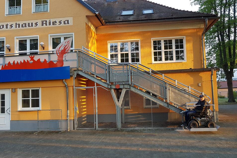 Rollstuhlfahrer können seit Neuestem per Treppenlift ins Obergeschoss des Riesaer Bootshauses gelangen.