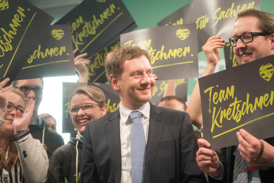 Kretschmer wird von den sächsischen CDU-Delegierten zu seiner Wahl  als Spitzenkanditat der CDU zur Landtagswahl 2019 mit einem Ergebnis von 96,3 Prozent  beglückwünscht.
