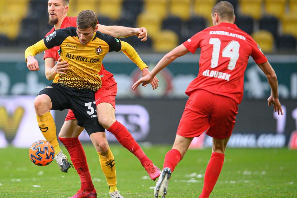 Christoph Daferner (2. v. l.) setzt sich gegen Kaiserslauterns Janik Bachmann (l.) und Adam Hlousek durch. Dynamos Angreifer trifft per Kopf zum Ausgleich.