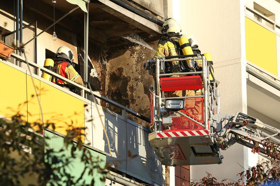 26 Einsatzkräfte der Feuerwehr kämpften am Mittwochmorgen gegen ein Feuer auf einem Balkon in Dresden-Gorbitz.